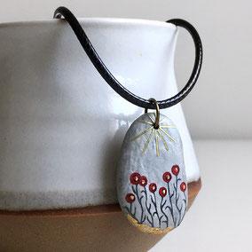 Pendentif galet peint fleurs - peinture acrylique rouge, feuille d'or - galet de rivière gris clair percé - fini mat/satiné - anneau bronze - tour de cou 43 cm cuir 2 mm café fermoir argent 925