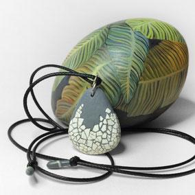 Pendentif galet mosaïque coquillage bleu, argent 925 - galet de rivière percé - anneau argent 925 - tour de cou réglable coton ciré 1 mm noir,  perles porcelaine, peinture coordonnée
