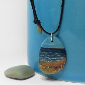 Pendentif galet peint PAYSAGE - peinture acrylique sur galet de rivière percé - fini mat - anneau argent 925 - tour de cou réglable coton ciré 1 mm noir + perles porcelaine