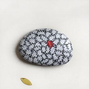 Galet décoratif peinture recto verso - feuilles acrylique blanc et rouge, nervures encre argentée - galet du Salat noir - fini satiné