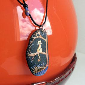Pendentif galet peint chat - peinture acrylique bleu, encres cuivré - galet de rivière gris foncé percé - fini mat - anneau argenté - tour de cou réglable coton ciré 1 mm noir, perles porcelaine