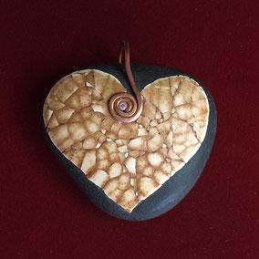 Pendentif cœur mosaïque coquilles d'œuf - gros galet du Salat noir - pierre apparente huilée - attache fil de cuivre 1.2 mm