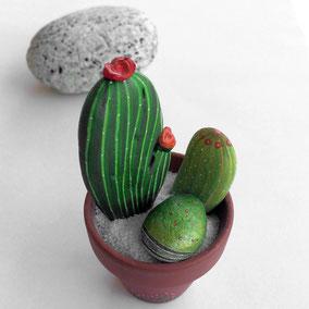 Gales décoratifs composition cactus - acrylique vert et rouge - 3 galets du Salat - fini mat - pot terre cuite peint main - taille de 20 à 85 mm - poids total 87 g -