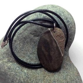 Pendentif galet - fil argent 925 - coeur fil de cuivre - sable et mica - galet du Salat beige veiné noir percé - ciré - anneau argent 925 - tour de cou cuir noir 2 mm fermoir argent 925