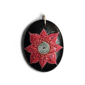 fleur acrylique - perles argentées - galet du Salat noir percé - vernis mat