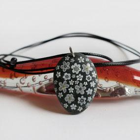 Pendentif galet peint FLEURS - peinture acrylique sur galet de rivière percé - fini mat - anneau argent 925 - tour de cou réglable coton ciré 1 mm noir + perles porcelaine