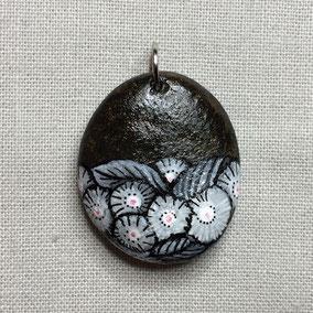 fleurs acrylique blanc et rose - galet du Salat gris anthracite - vernis satiné - anneau argenté sans nickel - cordon cuir 43 cm section 2 mm - fermoir argenté sans nickel