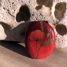 Galet décoratif fleurs coquelicot - peinture acrylique rouge et vert - galet de rivière - fini satiné