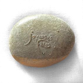 Étoiles et lettres perles or vieilli - acrylique or - gros galet gris clair -  vernis satiné
