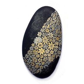 Galet décoratif presse-papiers - peinture sur pierre - fleurs liberty et feuilles acrylique gris et doré - galet du Salat noir - vernis mat