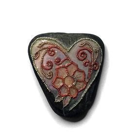 Galet du Salat Saint Valentin cœur à poser - fleur perles roses et argentées - vernis satiné vitrifié - pierre apparente cirée