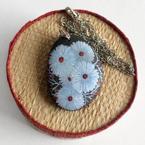 Pendentif fleurs peinture acrylique bleu et rouge - galet du Salat percé - fini satiné - montage argent 925 sterling silver