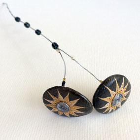 Duo de fleurs décoratives acrylique et perles - galets du Salat noir vernis - tige laiton - pierres fines fluorites - perles miyuki