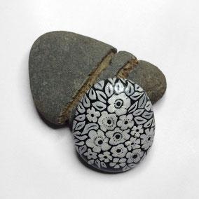 Galet décoratif - peinture sur pierre recto verso - fleurs acrylique gris et blanc - galet du Salat noir - vernis satiné