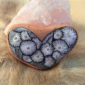 Galet cœur à poser - Fleurs acrylique gris et blanc - perles roses sur terrecuite érodée par la mer - vernis partiel brillant vitrifié