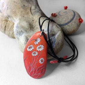 Pendentif galet peint FLEURS marguerites - peinture acrylique sur galet de rivière percé - fini mat - anneau argent 925 - tour de cou coton ciré 1 mm + perles porcelaine