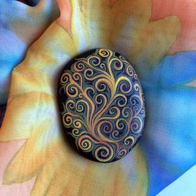 Galet décoratif spirales - peinture acrylique sur galet de rivère - fini satiné