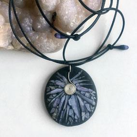 Pendentif galet mosaïque coquillage bleu, argent 925 - galet de rivière percé - anneau argent 925 - tour de cou réglable coton ciré
