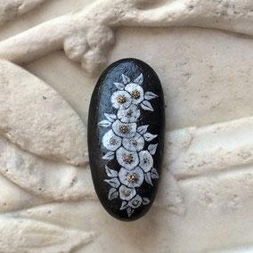 Galet décoratif - peinture sur pierre - fleurs acrylique blanc et perles argentées - galet du Salat noir - vernis satiné