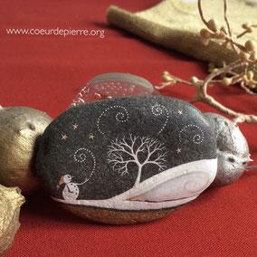 Galet décoratif - bonhomme de neige et arbre acrylique blanc, encre dorée - galet du Salat noir - fini mat