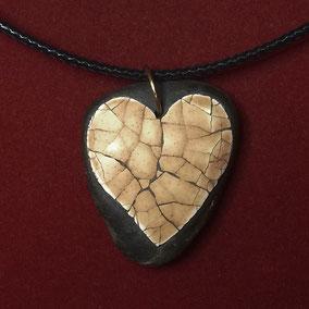 Pendentif cœur mosaïque coquilles d'œuf - galet du Salat noir percé - anneau métal couleur bronze - cordon cuir 43 cm fermoir argenté