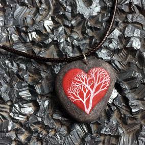Pendentif galet coeur et arbre acrylique sur galet de rivière percé - fini mat - anneau argenté - tour de cou 43 cm cuir 2 mm café fermoir argent 925