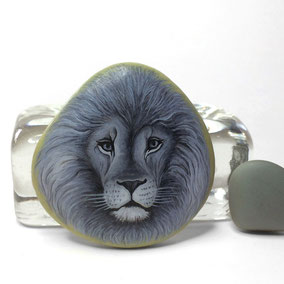 Galet décoratif LION - peinture acrylique sur galet de rivière - fini mat - collection 2018 - dimensions de la pierre : taille 46 x 46 mm - poids 34 g - pi
