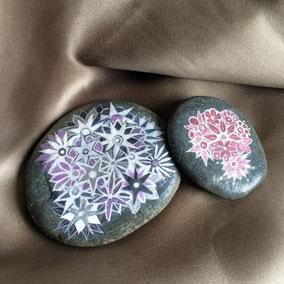Fleurs acrylique blanc et parme - galet gris clair - vernis satiné