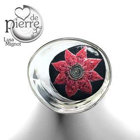 Fleur décorative acrylique et perles - galet du Salat noir vernis - tige acier - pierre de lune fumée - quartz rose - hématite