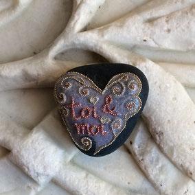"""Galet du Salat Saint Valentin Galet cœur """"toi & moi""""  à poser - perles roses et argentées - vernis satiné vitrifié - pierre apparente cirée"""
