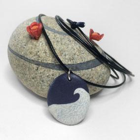 Pendentif galet VAGUE - peinture acrylique sur galet de rivière percé - fini mat - anneau argent 925 - collier réglable coton ciré 1 mm noir + perles porcelaine