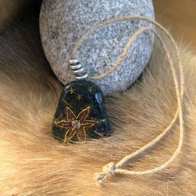 Galet du Salat noir vernis - perles dorées et paillettes cuivrées - attache fil aluminium - cordon lin