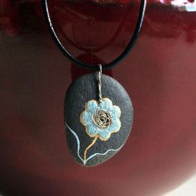 Pendentif galet fleur acrylique bleu et doré, feuille d'or - galet du Salat noir percé - vernis mat et satiné - attache laiton - tour de cou 43 cm cuir noir 2 mm