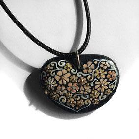 Pendentif cœur - petites fleurs acrylique - cordon coton ciré réglable - galet du Salat noir