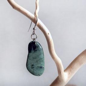 Boucle d'oreille unique percée -  galet vert veiné noir - galet de rivière poli, percé - crochet et anneau argent 925