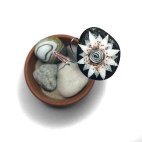 Fleur décorative acrylique et cristal - galet du Salat noir vernis - tige acier - perles de rocaille