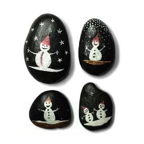 Bonhommes de neige acrylique blanc, cuivre et rouge - 4 petits galets noir - vernis satiné