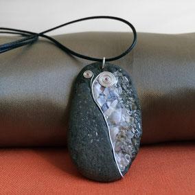 Pendentif galet mosaïque coquilles, nacre et argent sterling - galet de rivière noir percé - fini satiné - anneau argent 925 - tour de cou réglable coton ciré