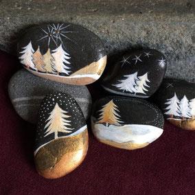 Sapins acrylique blanc, cuivre, or et argent - 6 galets noirs - vernis satiné