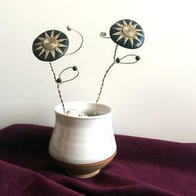 Fleur décorative acrylique et perles - galet du Salat noir vernis - tige aluminium - pierres fines hématites, fluorite