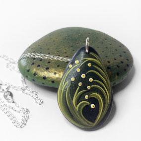 Pendentif galet peint FLEURS - peinture acrylique sur galet de rivière percé - fini mat - anneau argent 925 - chaîne 45 cm argent 925 maille forçat légère 1,2x2 mm