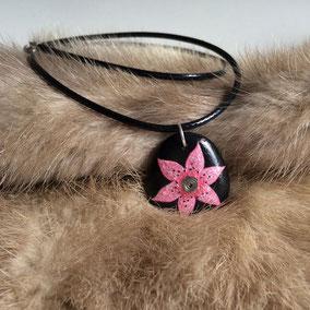 pendentid fleur acrylique, cristal, laiton - galet du Salat noir percé - vernis satiné - tour de cou cuir fermoir argent 925