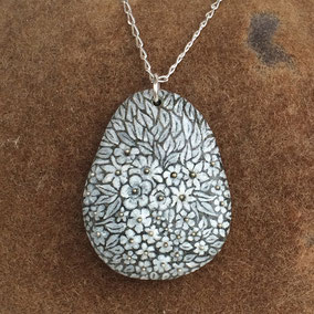 Pendentif galet - fleurs acrylique blanc - perles argentées - galet du Salat gris anthracite percé - vernis satiné - anneau argent 925 - chaîne 45 cm argent 925 maille gourmette 1x2mm