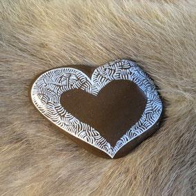Galet cœur à poser - Motifs peinture acrylique blanche - galet marron clair - vernis satiné