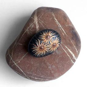 Galet décoratif fleurs tournesol - peinture acrylique cuivré - galet de rivière noir - fini satiné
