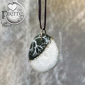 acrylique blanc - paillettes cristal et perles dorées - galet gris anthracite percé - vernis satiné - anneau couleur bronze