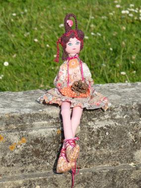 Angèle, poupée de tissu, maquillée à la peinture acrylique, taile 50cm, pièce unique, disponible