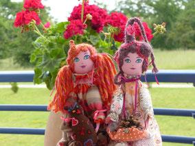 Perrine et Angèle, poupées décoratives composées de textiles et remplies de ouate, vêtues de cotonnades, dentelles et rubans, maquillées à la peinture acrylique, taille 50 cm