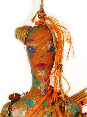 Diane est une poupée composée de textiles, peinte à l'acrylique, costumée et accessoirisée, elle porte un arc et des flèches, taille 65cm, pièce unique, disponible