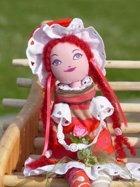 Sarah est une poupée décorative, composée de textiles et remplie de ouate, vêtue de cotonnades, dentelles et rubans, maquillée à la peinture acrylique, taille 50 cm, pièce unique, disponible
